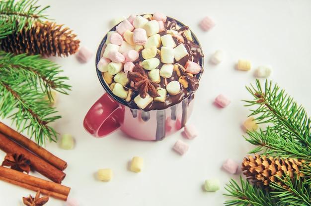 Chocolat chaud et guimauve sur fond de noël Photo Premium