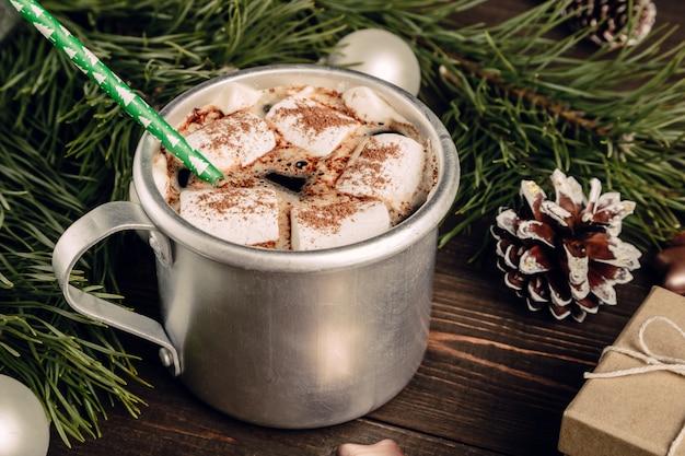 Chocolat chaud à la guimauve et à la paille verte Photo Premium