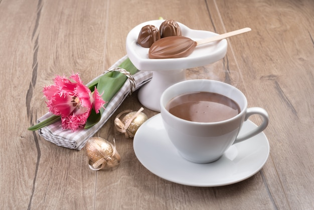 Chocolat chaud et pralines au chocolat sur bois Photo Premium