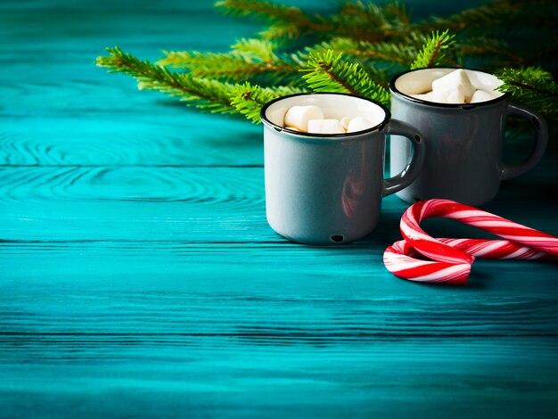 Chocolat chaud sur vert foncé. boisson de noel Photo Premium