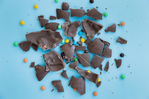 Chocolat craquelé avec des bonbons sur la table Photo gratuit