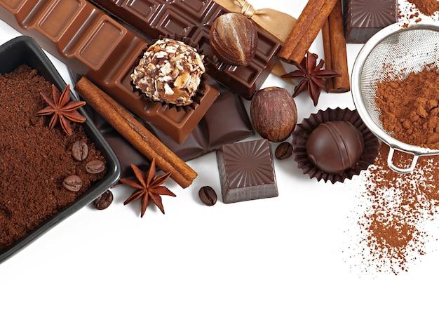 Chocolat Et épices Isolés Sur Blanc Photo gratuit
