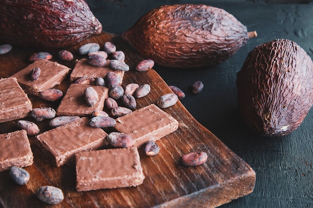 Chocolat Et Fèves De Cacao Au Cacao Sur Fond Noir Photo Premium