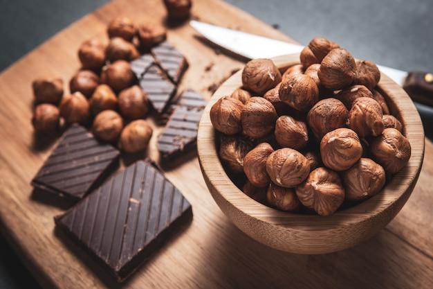 Chocolat noir aux noisettes Photo Premium
