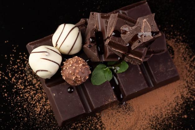 Le chocolat noir et les truffes se bouchent Photo gratuit
