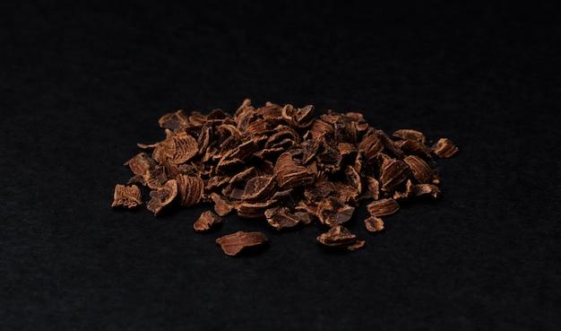Chocolat Râpé. Tas De Chocolat Moulu Isolé Sur Fond Noir, Gros Plan Photo Premium