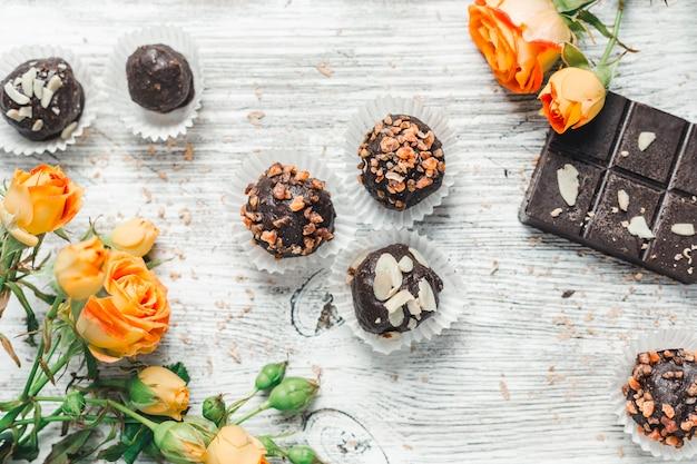 Chocolats dans un panier Photo Premium