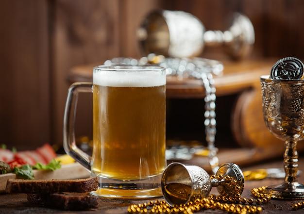 Chope de bière fraîche sur la table Photo gratuit