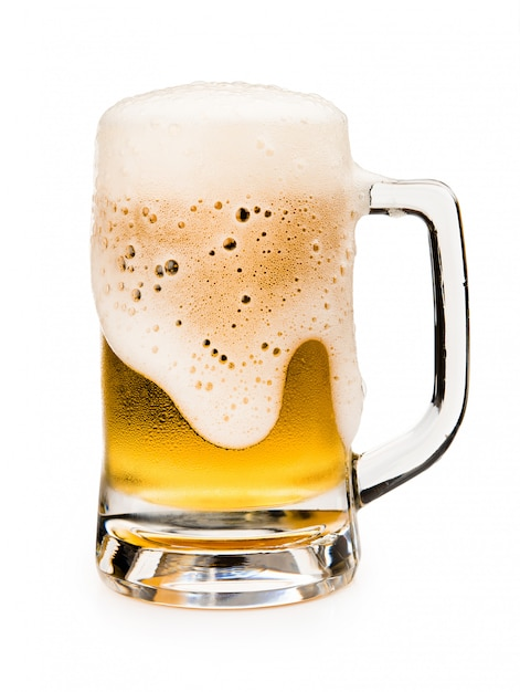 Chope de bière avec mousse mousse sur verre isolé sur fond blanc Photo Premium