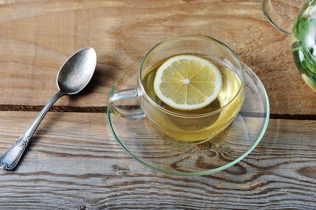 Chope de thé au gingembre et tranche de citron Photo Premium