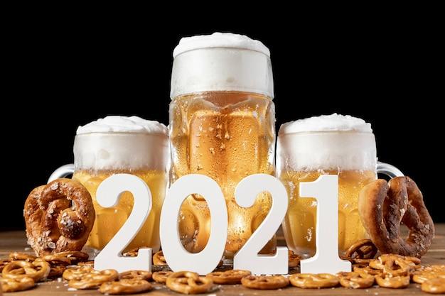 Chopes à bière bavaroises avec bretzels sur une table Photo gratuit