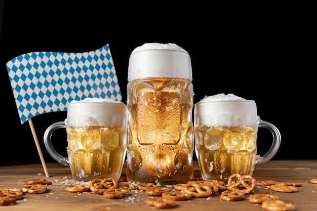 Chopes à bière oktoberfest avec collations sur une table Photo gratuit