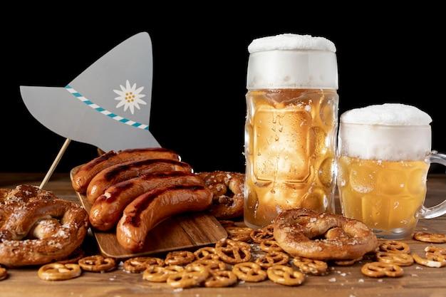 Chopes de bière avec des saucisses sur une table Photo gratuit