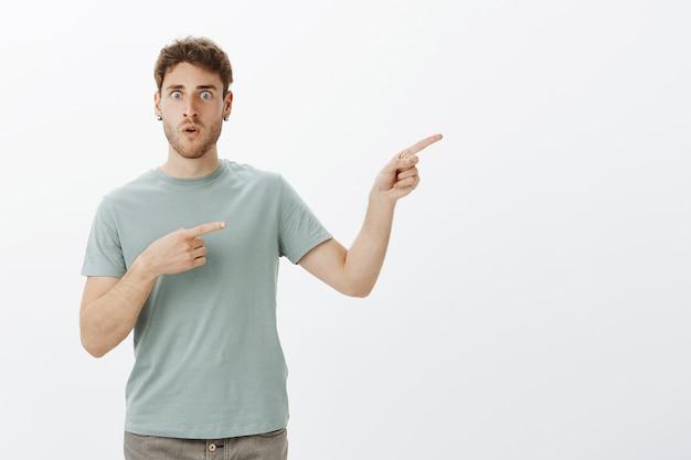 Choqué Homme étonné D'entendre Une Terrible Rumeur, D'en Discuter Et De Pointer Du Doigt La Personne Qui A Raconté La Révélation, Debout Abasourdi Et Impressionné Photo gratuit