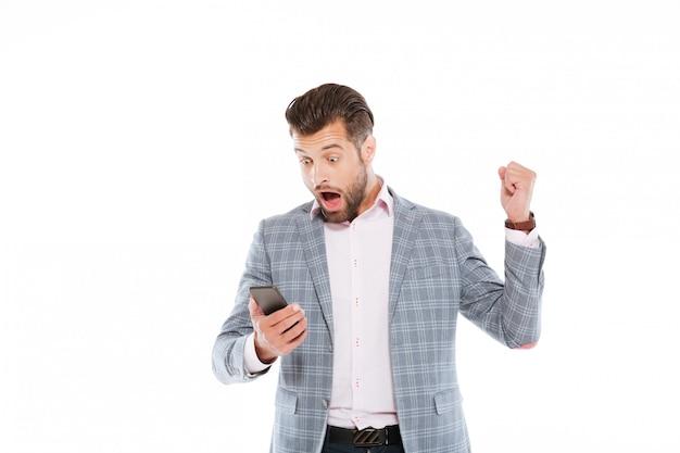 Choqué De Jeune Homme à L'aide De Téléphone Portable. Photo gratuit