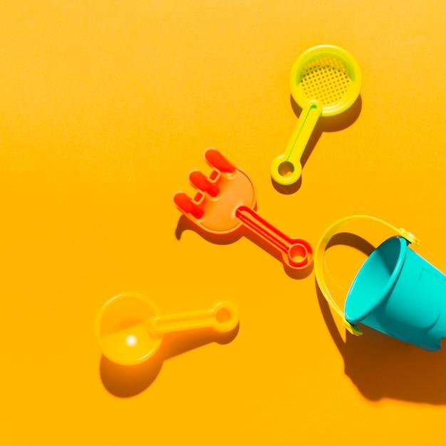 Choses de bac à sable sur une surface colorée Photo gratuit