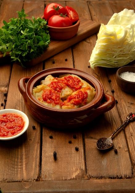 Chou bouilli à la sauce tomate Photo gratuit