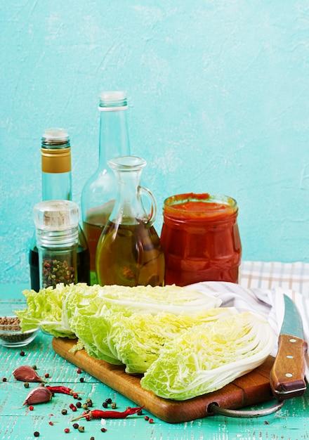 Chou chinois. préparation des ingrédients pour le chou kimchi. cuisine traditionnelle coréenne. Photo Premium