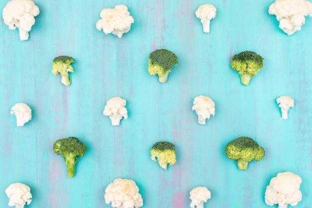 Chou-fleur Et Brocoli Frais Sur La Surface Bleue Photo gratuit