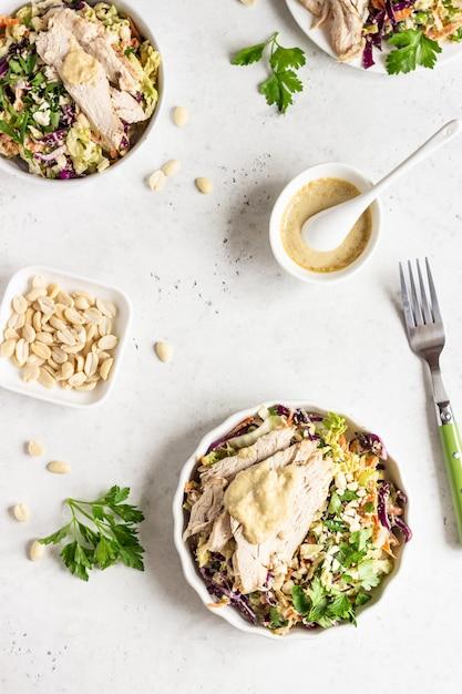 Chou rouge et chinois, salade de carottes à la dinde rôtie Photo Premium