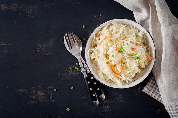 Choucroute à la carotte et épices dans un bol à l'obscurité Photo Premium