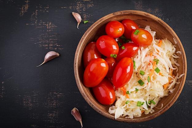 Choucroute marinée, tomates et oignons au vinaigre. Photo Premium
