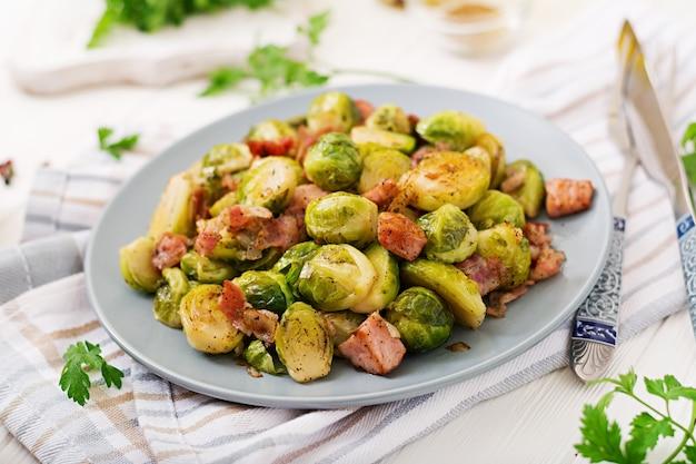 Choux De Bruxelles. Choux De Bruxelles Rôtis Au Bacon. Délicieux Déjeuner. Photo gratuit