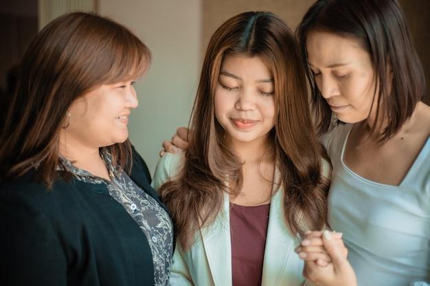 Les Chrétiens Prient Pour Encourager Et Soutenir Ensemble. Photo Premium