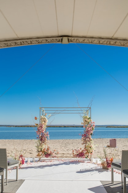 Chuppa De Mariage Au Bord De La Rivière Décorée De Fleurs Fraîches Photo Premium