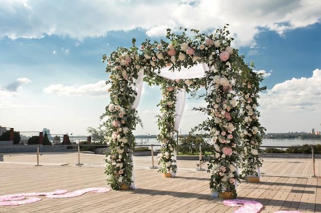 Chuppa de mariage décorée de fleurs Photo Premium