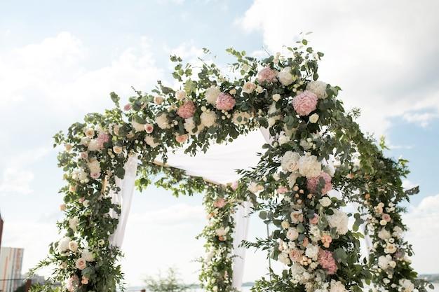Un Chuppah Festif Décoré Avec De Belles Fleurs Fraîches Pour Une Cérémonie De Mariage En Plein Air Photo Premium