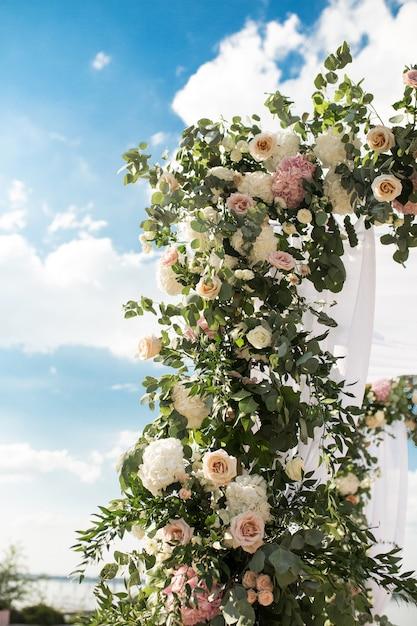 Chuppah Festif Décoré Avec De Belles Fleurs Fraîches Pour Une Cérémonie De Mariage En Plein Air. Photo Premium