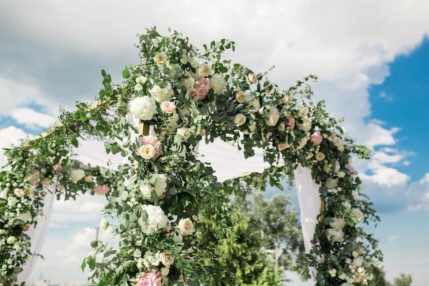 Un Chuppah Festif Décoré Avec De Belles Fleurs Fraîches Photo Premium