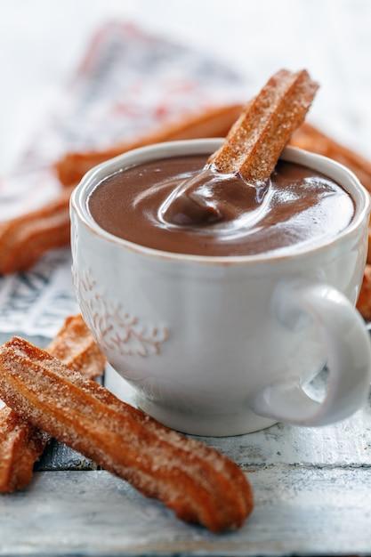 Churros Traditionnels Espagnols Avec Une Tasse De Chocolat Chaud Photo Premium