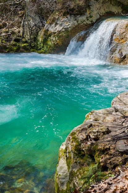 Chute d'eau dans le parc naturel d'urederra, navarre, espagne. Photo Premium