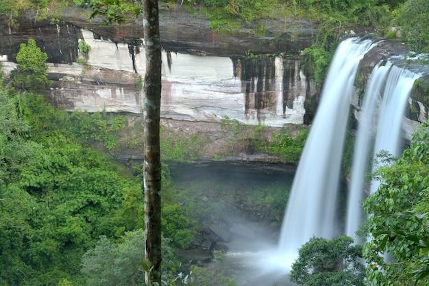 Chute d'eau de huai luang dans le parc national de phu chong – na yoi Photo Premium