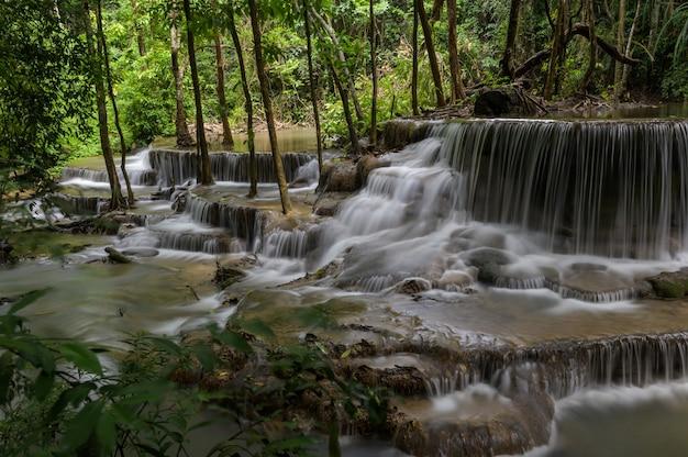 Chute d'eau qui est une couche en thaïlande Photo gratuit