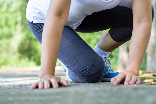 Chute de la femme et douleur au genou pendant le sport Photo Premium