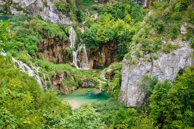 Chutes d'eau dans le parc national des lacs de plitvice, croatie Photo Premium