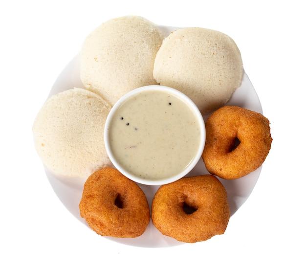 Chutney de noix de coco, sambar, vada et idli, petit déjeuner indien du sud Photo Premium