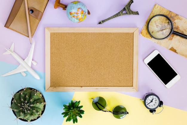Ci-dessus vue accessoires de voyageur sur fond bleu avec espace de copie, concept de voyage Photo Premium