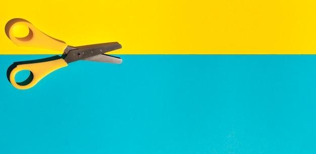 Ci-dessus vue ciseaux jaunes Photo gratuit