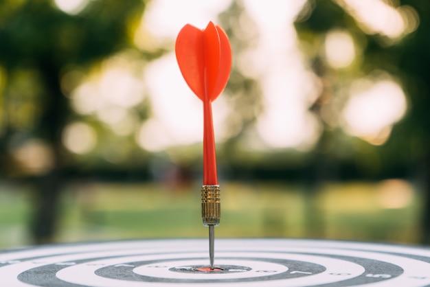 Cible fléchette et flèche avec la nature abstraite bokeh flou fond Photo Premium
