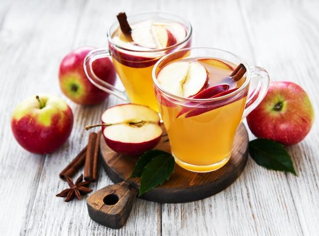 Cidre de pomme avec des bâtons de cannelle Photo Premium