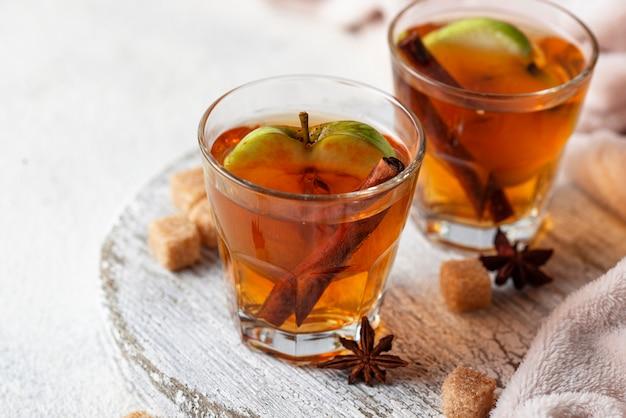 Cidre de pomme épicé, boisson d'automne Photo Premium
