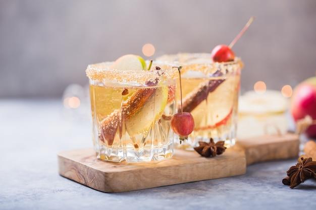 Cidre de pomme épicé de noël ou boisson punch. saisonnière chaud automne traditionnel, boissons et cocktails hivernaux avec pomme, cannelle, anis. Photo Premium