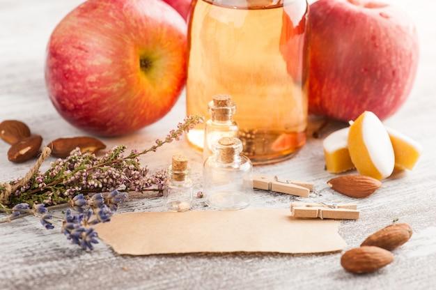 Cidre de pomme fait maison et pommes fraîches Photo Premium