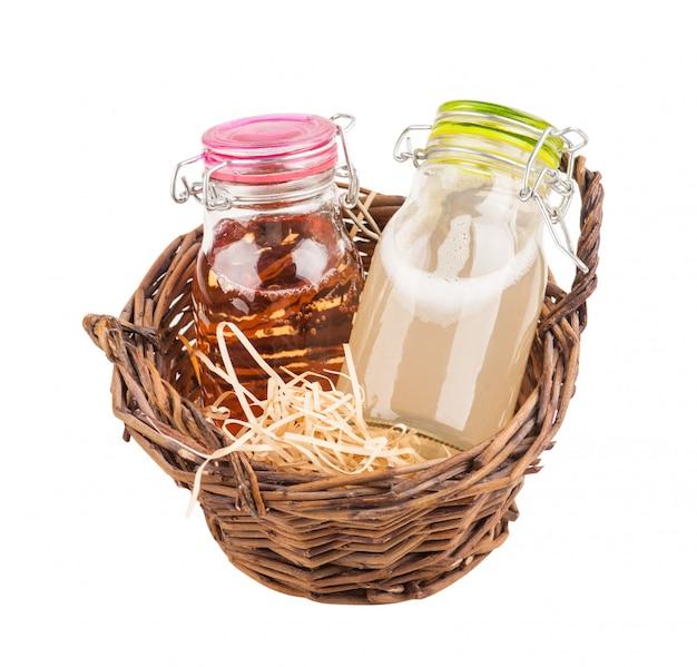 Cidre de pommes et de poires fait maison dans un panier Photo Premium