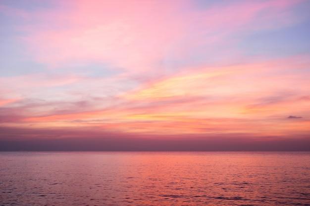 Ciel aux couleurs rose, bleu et violet Photo Premium