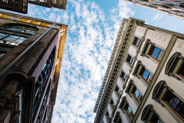 Ciel et bâtiment style classique Photo gratuit